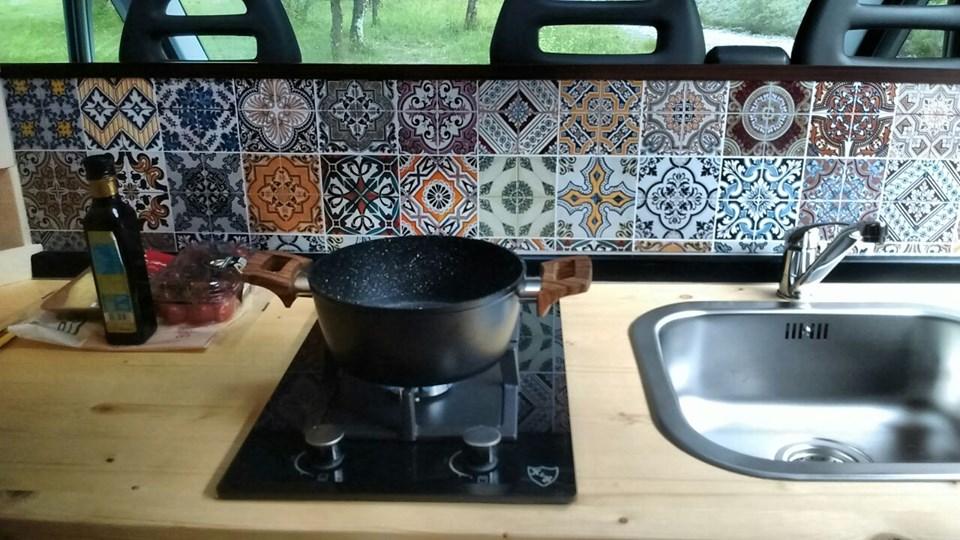 furgone camperizzato cucina